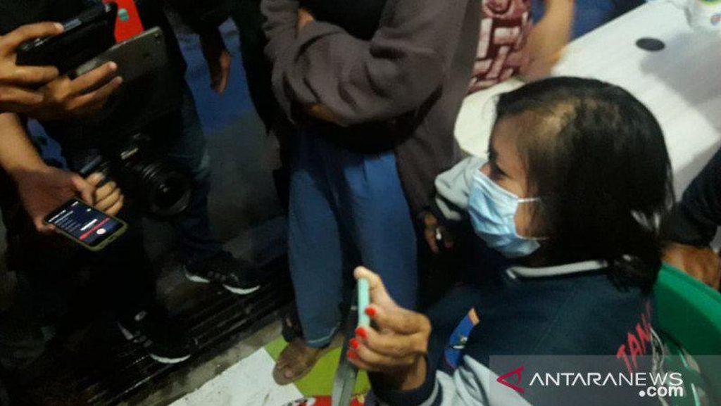Tangis Ibunda Tunggu Kabar Dinda yang Ada di Sriwijaya Air SJ182