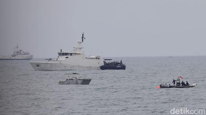Petugas gabungan terus melakukan evakuasi Sriwijaya Air SJ182. Proses evakuasi dilakukan untuk mencari jenazah penumpang hingga kotak hitam pesawat.