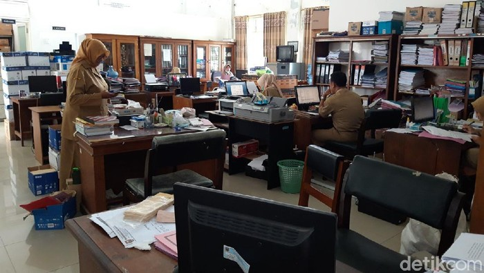 Boyolali termasuk salah satu daerah yang diberlakukan penerapan pembatasan kegiatan masyarakat (PPKM) Jawa-Bali, tanggal 11-25 Januari 2021. Perkantoran di lingkup Pemkab Boyolali menerapkan work from home (WFH) bagi pegawainya sebagian.