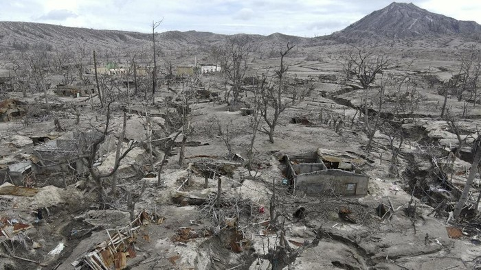 Penampakan ratusan rumah yang rusak di lereng Gunung Berapi Taal di provinsi Batangas, Filipina, Minggu (10/1/2021) waktu setempat.