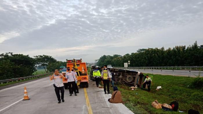 Mikrobus terguling di Tol Cipali, empat orang penumpang tewas