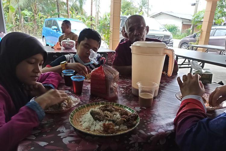 Ngakak! Dikira Restoran, Satu Keluarga Ini Makan di Rumah Orang