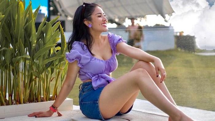 Gaya liburan Nindy Ayunda di Bali.