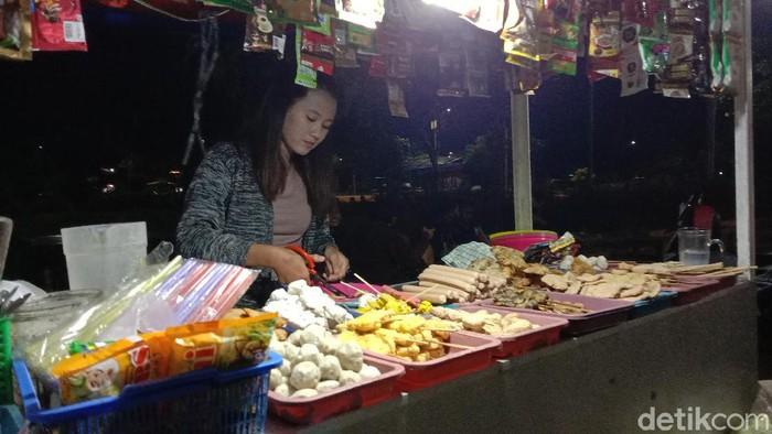 Pedagang angkringan di Alun-alun Kudus masih buka hingga pukul 19.30 WIB saat PKM hari pertama, Senin (11/1/2021)