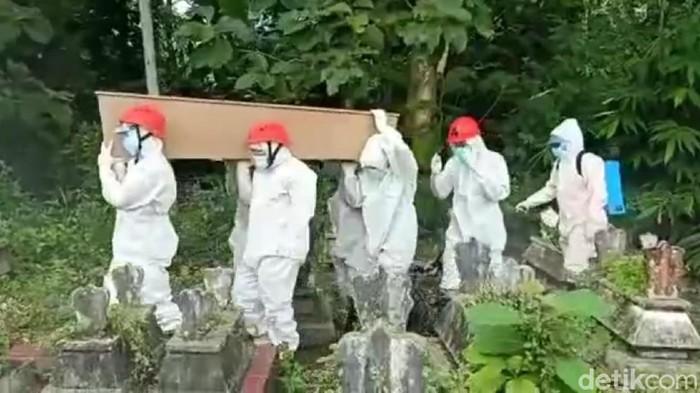 Empat orang dalam satu keluarga di Kecamatan Pagerwojo, Tulungagung meninggal secara beruntun. Mereka semua terpapar COVID-19.