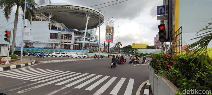 Pengendara bandel melanggar lampu merah di Perempatan Pondok Indah Mall. (Taufieq Renaldi Arfiansyah/detikcom)