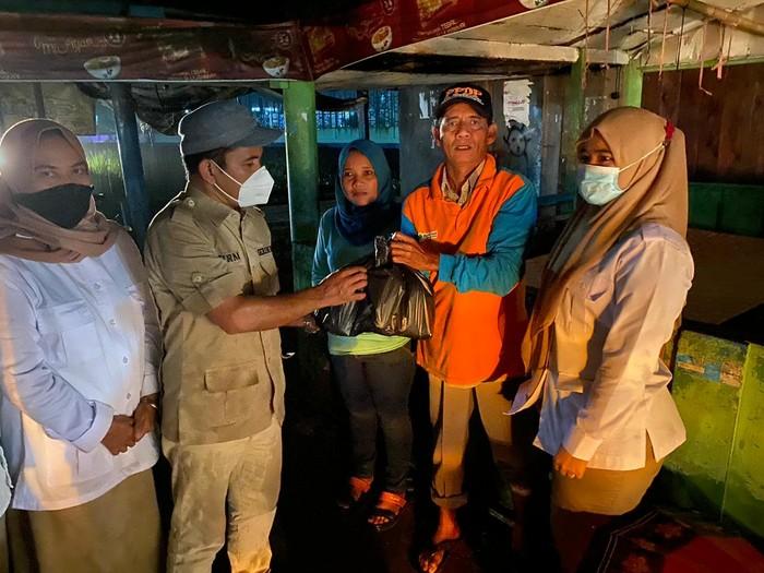 Penyaluran bantuan untuk korban banjir di Padang