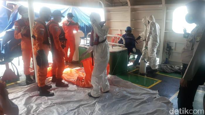 Penyelam gabungan temukan bagian tubuh diduga korban Sriwijaya Air.