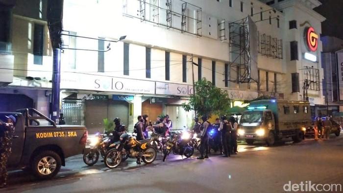 Petugas gabungan patroli PPKM hari pertama di Solo, Senin (11/1/2021).