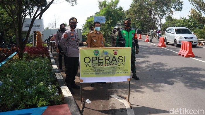 Petugas melakukan operasi pemberlakuan PPKM di Kota Bandung