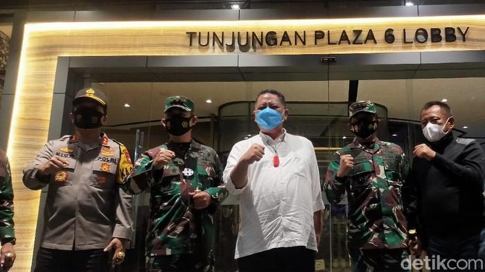 Plt Wali Kota Surabaya Whisnu Sakti Buana mendatangi mal-mal terkait pemberlakuan pembatasan kegiatan masyarakat (PPKM). Di mana mal harus tutup sebelum pukul 20.00 WIB.