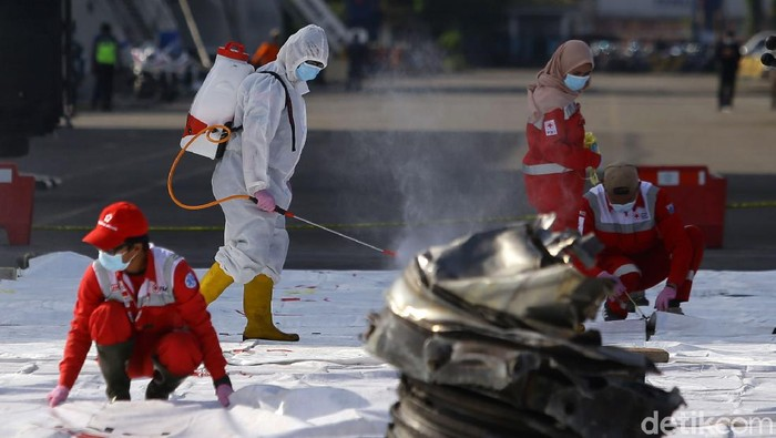Petugas PMI kembali melakukan penyemprotan disinfektan ke area tempat penampungan serpihan pesawat Sriwijaya Air SJ182. Hal ini untuk mencegah penyebaran virus.
