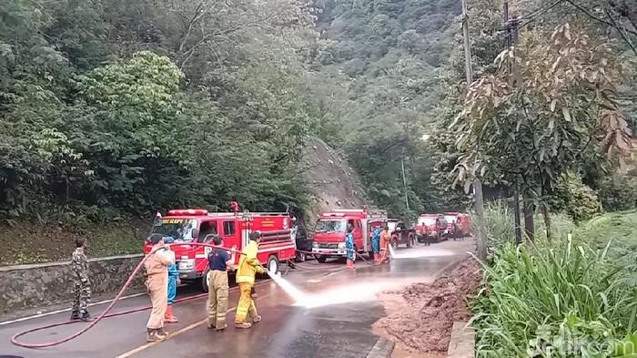 Polisi memberlakukan buka tutup jalan di jalur puncak Bogor