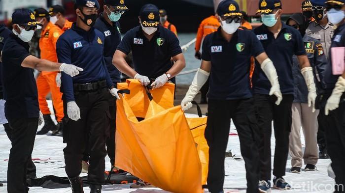 Basarnas kembali menerima kantong jenazah berisi potongan tubuh korban jatuhnya pesawat Sriwijaya Air SJ182. Kantong jenazah tersebut dibawa ke Dermaga JICT, Jakarta.