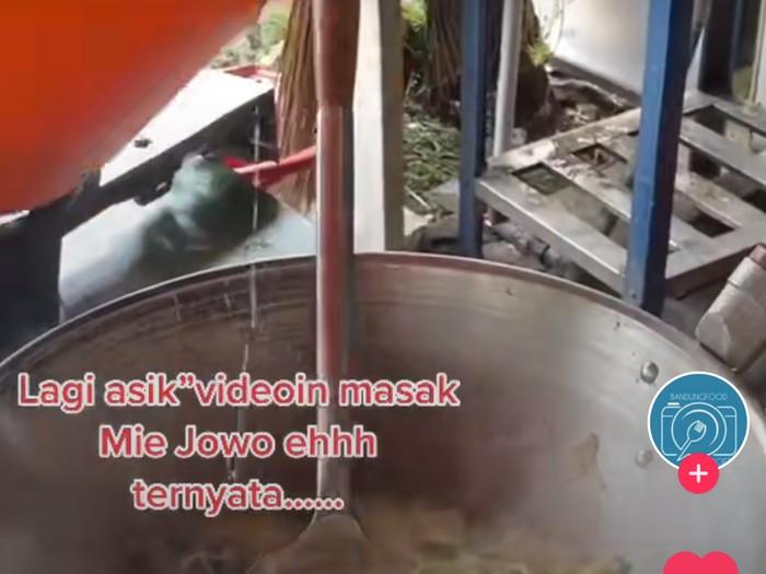 Rekam Penjual Mie Jowo Masak Pakai Air Mentah, Wanita Ini Banjir Kritik