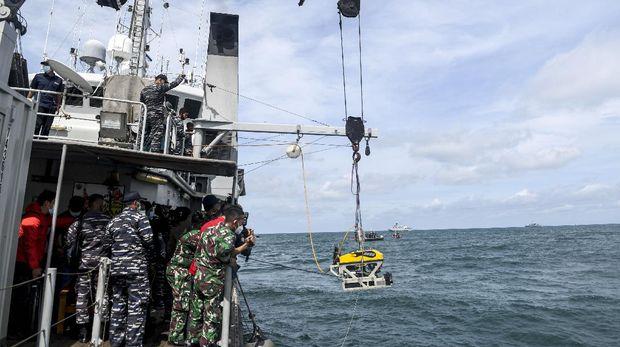 Sejumlah prajurit TNI AL pengawak KRI Rigel-933 mengamati robot bawah laut atau 'Remotely Operated Vehicle (ROV)' yang diturunkan di perairan Kepulauan Seribu, Jakarta, Senin (11/1/2021). Alat tersebut digunakan untuk mencari korban dan puing dari pesawat Sriwijaya Air SJ 182. ANTARA FOTO/M Risyal Hidayat/rwa.