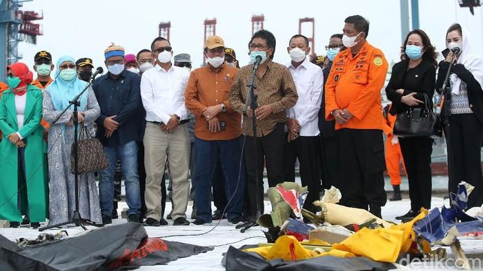 Sejumlah anggota Komisi V DPR datangi JICT, Jakarta. Mereka datang untuk tinjau proses evakuasi Sriwijaya Air SJ182 yang jatuh di perairan Kepulauan Seribu.