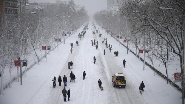 Petugas darurat tengah membersihkan 500 jalan dan menyelamatkan ratusan orang yang terjebak dalam kendaraan mereka di tengah badai salju yang menghantam kota Madrid dan sekitarnya di Spanyol, Sabtu (9/1/2021) waktu setempat.