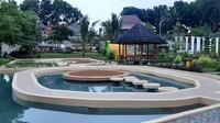 Ada juga area outbond untuk anak, kolam renang, area memanah hingga teater outdoor. Kini ada kawasan baru, traveler bisa duduk santai di sekitar kolam air yang menenagkan. (Mahoni Bangun Sentosa/instagram)