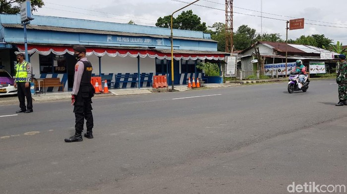 Pemkab Purbalingga mulai menerapkan PPKM hari ini. Mengawali PPKM, polisi menyekat dan memeriksa perbatasan termasuk para penjual hewan ternak dari luar kota.