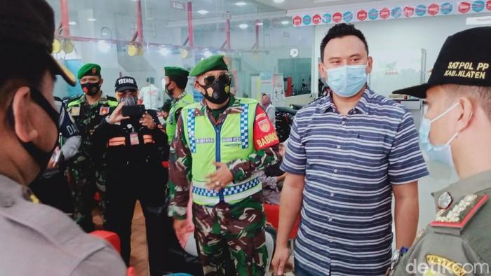 Tim gabungan menegur penanggung jawab toko yang belum menerapkan jaga jarak saat PPKM hari pertama di Klaten, Senin (11/1/2021)