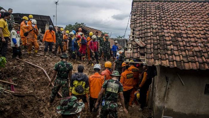 Proses evakuasi korban longsor di Sumedang terus berlanjut.  Sebuah TK dan rumah yang berada di muka puing longsor pun dirobohkan guna mudahkan proses evakuasi.
