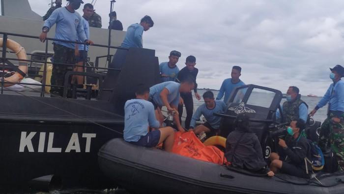 2 Kantong Terkait Evakuasi Sriwijaya Air SJ182 Diangkut ke KRI Rigel