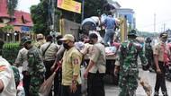 300 TNI-Polri Angkut Sampah di Pekanbaru yang Tak Kunjung Ditangani Pemda