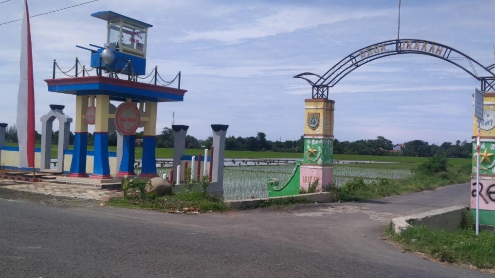 Ada Gerobak Nasgor Nyangkut di Tugu Desa Jrakah, Begini Ceritanya