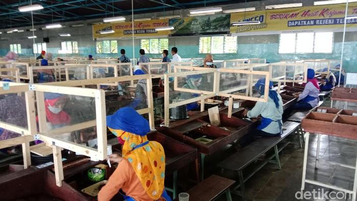 Pemerintah Kabupaten Kudus, Jawa Tengah melakukan Pemberlakuan Pembatasan Kegiatan Masyarakat (PPKM) mulai 11-25 Januari 2021. Salah satunya semua perusahaan hingga kantor dibatasi jumlah pekerjanya hanya 25 persen saja.