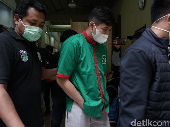 Suami dari penyanyi Nindy, Parasady Harsono saat dihadirkan rilis narkoba di Polres Metro Jakarta Barat, Selasa, (12/1/2021).