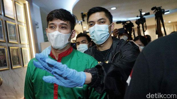 Askara Parasady Harsono, suami Nindy Ayunda, saat ditemui di Polres Metro Jakarta Barat.
