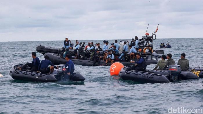 Tim penyelam gabungan terus melakukan evakuasi pesawat Sriwijaya Air SJ182 di perairan Kepulauan Seribu, Selasa (12/1). Begini situasi proses evakuasi di titik pencarian.