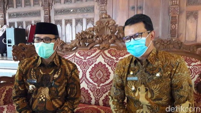 Bupati Temanggung M Al Khadziq (kiri) dan Wakil Bupati Temanggung Heri Ibnu Wibowo