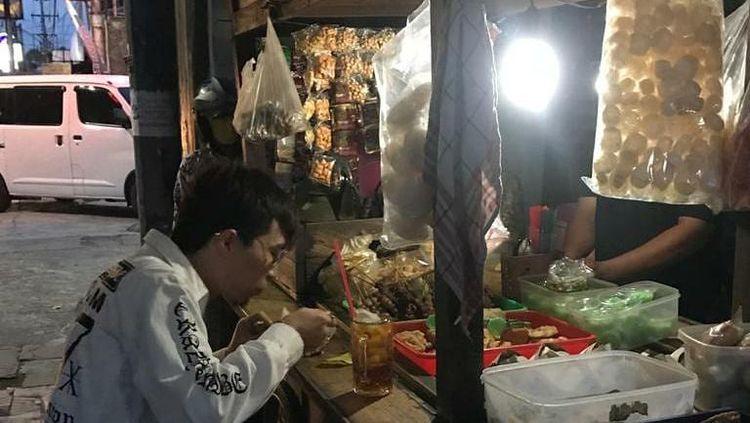 Dukung Kuliner Lokal, dr Tirta Pilih Jajan di Angkringan dan Warung Pecel