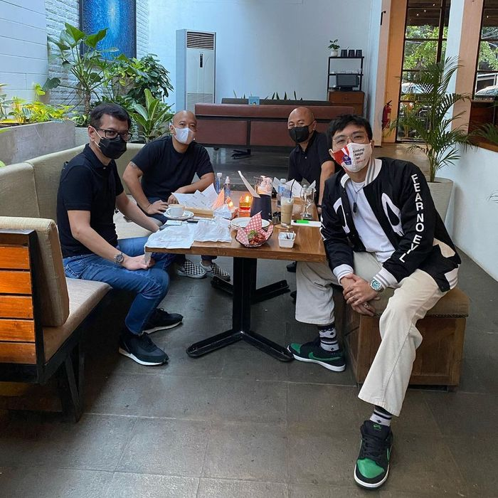 Dukung Kuliner Lokal, dr Tirta Pilih Kulineran di Angkringan dan Warung Pecel