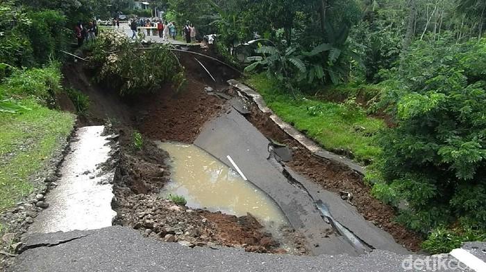 Jalur utama Wonosobo-Kebumen, Kabupaten Wonosobo, Jawa Tengah ambles hingga kedalaman 10 meter pagi tadi.