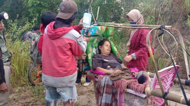Ibu hamil di Polman, Sulbar harus ditandu 12 kilometer menuju puskesmas karena akses jalan yang buruk (dok. Istimewa).