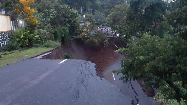 Jalan antarkabupaten di Wadaslintang, Wonosobo, ambles