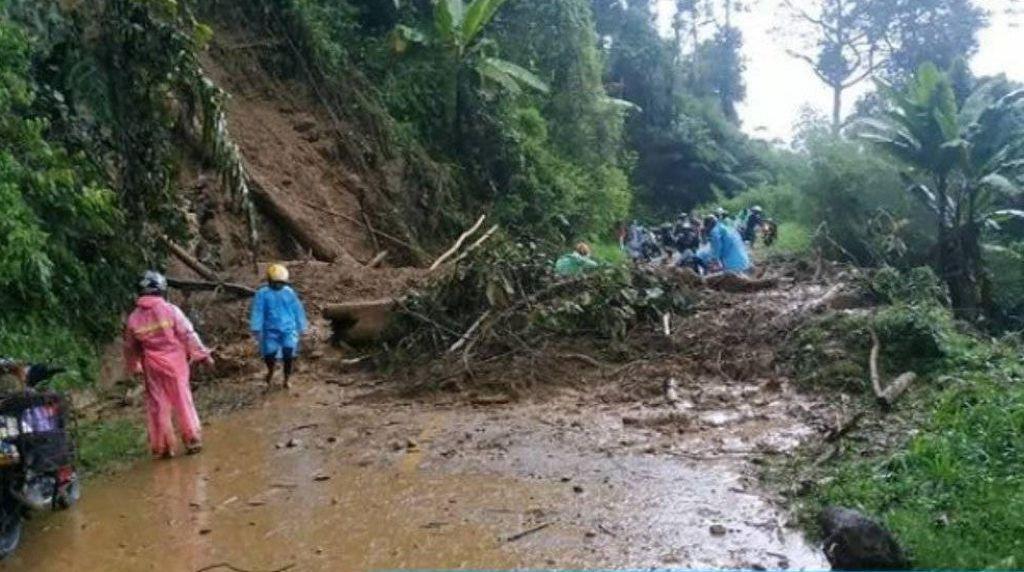 Curah Hujan Tinggi, Jalan Poros Mamasa-Polman Tertutup Longsor