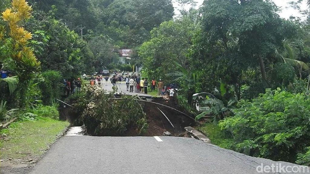 Jalan Utama Wonosobo-Kebumen Ambles, Perkantoran dan Rumah Warga Terancam