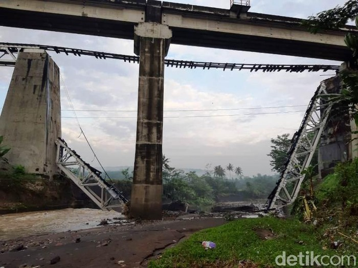 Jembatan KA di Brebes putus, 12/1/2021