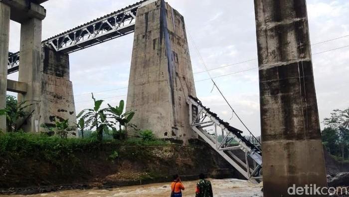 Sebuah jembatan Kereta Api (KA) di Desa Tonjong, Brebes, Jateng putus tergerus banjir, Senin (11/1/2021) malam.