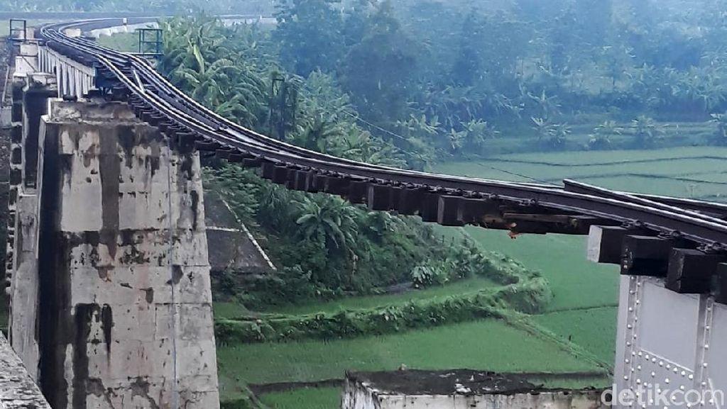 Ini Foto Jembatan KA di Brebes yang Putus Diterjang Banjir
