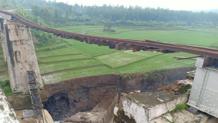 Jembatan KA putus di Brebes