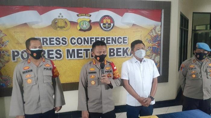 Kapolres Metro Kabupaten Bekasi Kombes Hendra Gunawan memberikan keterangan soal kasus kerumunan Waterboom Lippo Cikarang