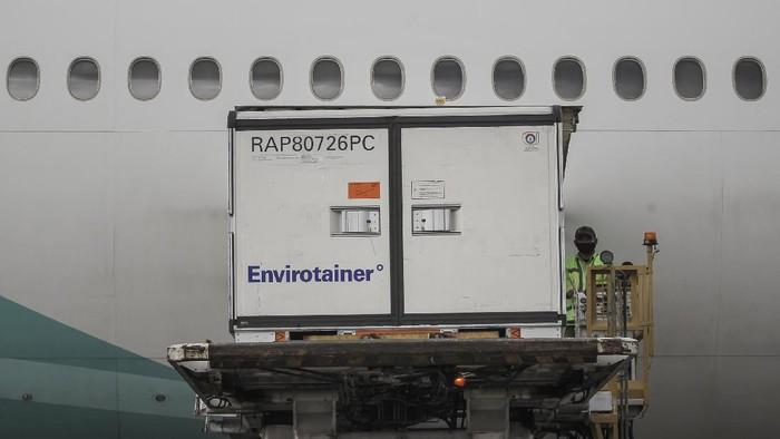Petugas menurunkan kontainer berisi vaksin COVID-19 saat tiba di Bandara Soekarno-Hatta, Tangerang, Banten, Selasa (12/1/2021). Sebanyak 15 juta dosis vaksin COVID-19 buatan perusahaan farmasi Sinovac, China, tiba di tanah air untuk selanjutnya akan diproses oleh Bio Farma selaku BUMN produsen vaksin. ANTARA FOTO/Dhemas Reviyanto/rwa.