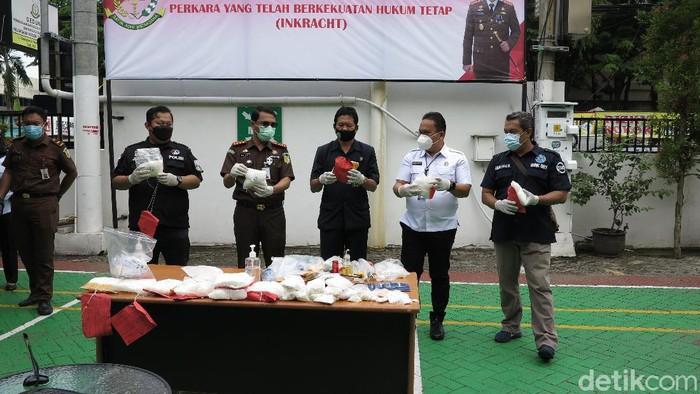 Kejari Tanjung Perak Surabaya memusnahkan 8 kg sabu, 110 pil ekstasi, 4 ribu pil dobel l serta barang bukti lainnya. Barang bukti itu dikumpulkan dari 104 perkara yang telah berkekuatan hukum tetap.