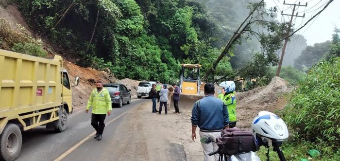 Kondisi jalan lintas Berastagi-Medan yang sempat tertutup longsor (dok. Istimewa)