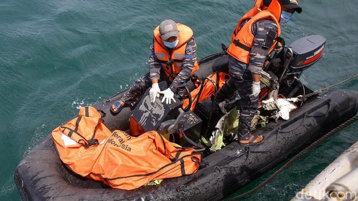 KRI Tenggiri membawa total enam kantong dari KRI Rigel yang berada di titik evakuasi pesawat Sriwijaya Air SJ182.